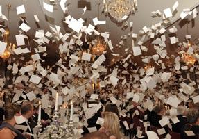 Fröhliche Papierschlacht zwischen dem Mahl
