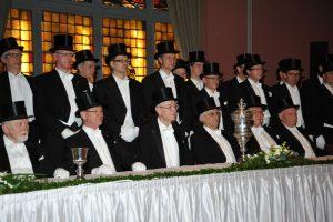 Die Brüder hinter dem Tisch der Älterleute