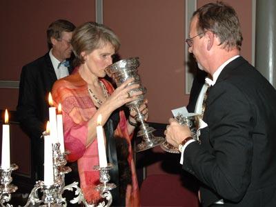 Trinken aus dem historischen Pokal bei Abgabe der Spende