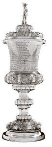 Willkomm von 1839 - Silber mit Deckel, darauf Hermesfigur, Becherförmige Kuppa mit vielen Brüdernamen. Meisterzeichen: Schmalfeld, Stade