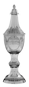 Deckelpokal von 1798, Silber z.T. vergoldet Kuppa mit verziertem Umriß und unten ein getriebener Blattfries. Hergestellt Pape, Stade - überarbeitet von Schmalfeld
