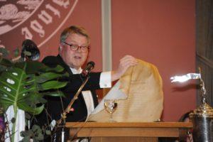 Bruder Ulrich Sievert verliest die Stiftungsurkunde